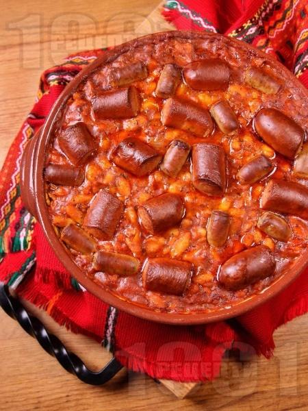 Лесен печен боб от консерва в глинен съд с наденички - снимка на рецептата
